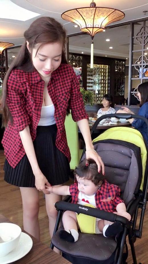 Ngay cả với những trang phục khác nhau, bà mẹ một con vẫn tìm những phụ kiện phối hợp để tạo nên sự hòa hợp, đồng điệu.