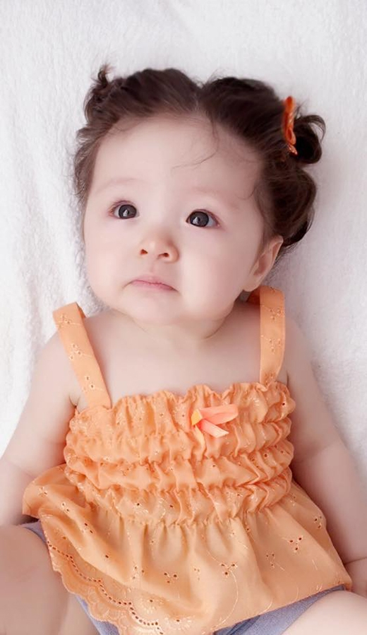 Những chiếc váy điệu đà luôn được Elly cập nhật trong tủ đồ của con gái. Hot girl đình đám luôn chọn những sắc màu nổi bật nhằm tôn lên làn da trắng hồng của cô con gái. Trong đó, những trang phục màu hồng với nhiều sắc độ luôn là một lựa chọn yêu thích.