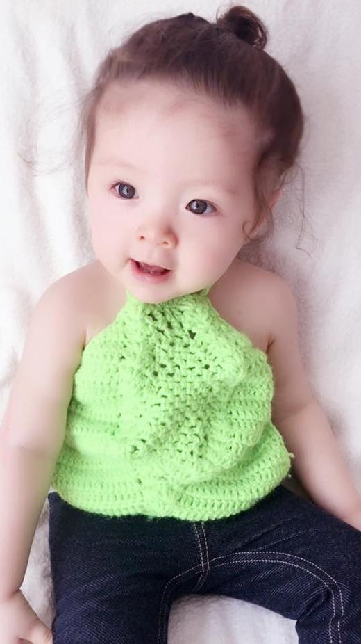 Cô bé trông vô cùng lạ mắt khi diện chiếc áo yếm được thực hiện trên nền chất liệu len đan móc hợp mốt.