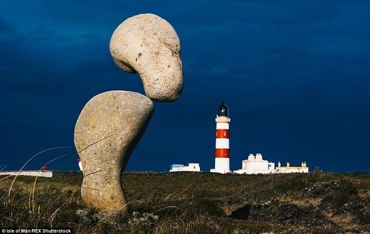 Góc chụp thông minh tạo cảm giác như những hòn đá này muốn vượt trội hơn so với ngọn hải đăng ở mũi Ayre.