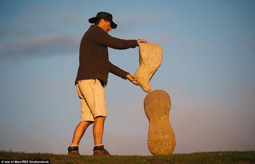 Áp dụng kiến thức vật lý, Adrian đã cân bằng giữa trọng lượng, hình dạng và sự tương tác của những hòn đá với nhau để cho ra đời những tượng đài đáng ngưỡng mộ này.