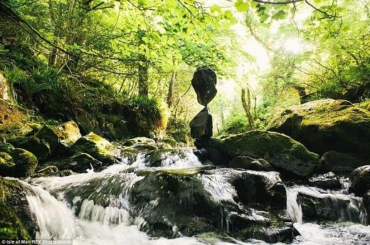 """Tác phẩm """"hút mắt"""" này gồm những hòn đá được nhặt ở thác nước trong thung lũng Tholt-y-Will."""