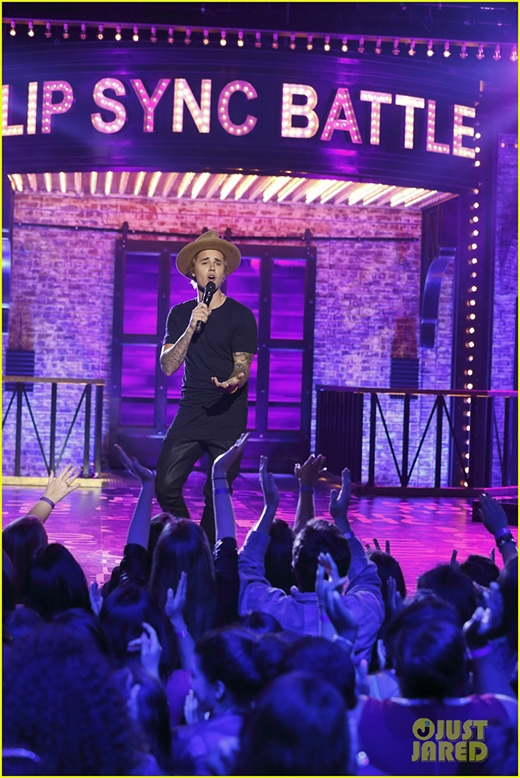Justin Bieber ẻo lả lạ thường trên sân khấu khiến fan điên đảo