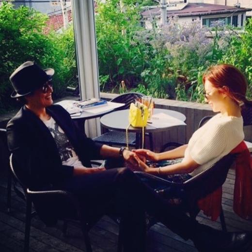 Bae Yong Joon từng công khai hình ảnh hẹn hò lãng mạn cùng Park Soo Jin khiến nhiều người ghen tị.