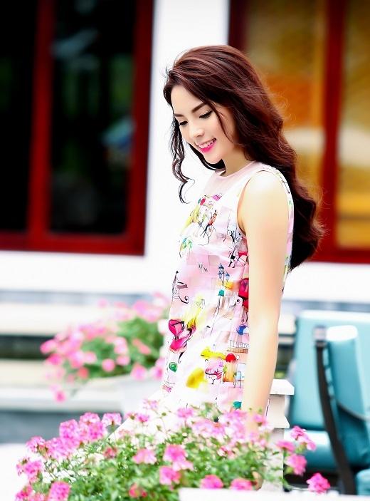 Bộ cánh với màu sắc tươi sáng, trẻ trung cùng họa tiết ngộ nghĩnh cực cool khiến Hoa hậu Việt Nam 2014 nom vô cùng xinh xắn.