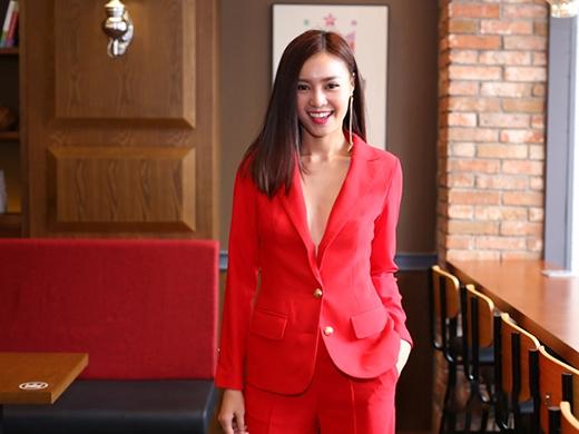 Bộ vest đỏ xẻ ngực sâu nổi bật, hợp mốt dường như đã giúp Ninh Dương Lan Ngọc tỏa sáng trong một sự kiện. Thế nhưng, chiếc áo vest khá nhăm nhúm đã khiến cho Quán quân Bước nhảy Hoàn vũ 2015 hoàn toàn mất điểm.