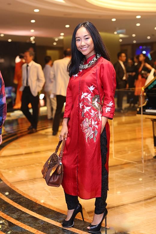 Nữ ca sĩ Đoan Trang cũng mắc lỗi tương tự khi diện chiếc áo dài truyền thống phom rộng kết hợp cùng quần gấm ôm sát. Đây không phải là lần đầu tiên bà mẹ một con mất điểm do sự thiếu chăm chút này. Chiếc túi xách cũng rời rạc với tổng thể.