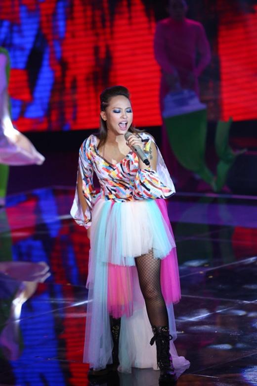 Trong đêm trực tiếp đầu tiên của Giọng hát Việt 2015, nữ ca sĩ gây choáng với bộ váy cực kì sến súa và lỗi mốt. Việc kết hợp giữa phần áo xẻ tay cùng chân váy voan điệu đà, nữ tính lại càng tạo nên sự khó hiểu cho bộ trang phục này.