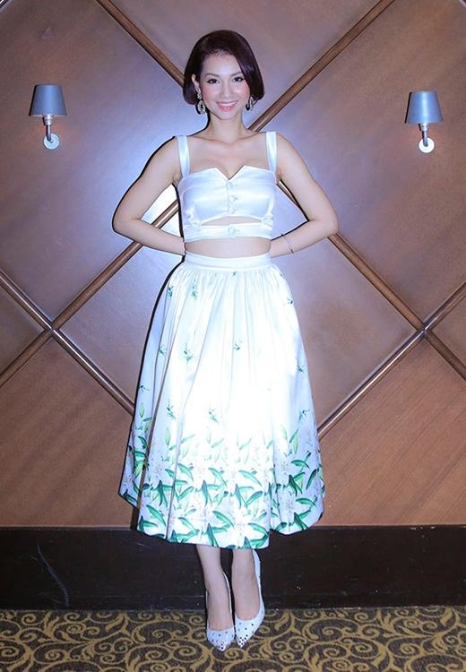 Chiếc áo crop top dường như quá chật chội so với vòng một quá khổ của Quỳnh Chi. Song song đó, tông cam của lớp trang điểm cũng lệch pha với màu xanh trắng chủ đạo của họa tiết hoa li in trên bộ trang phục.