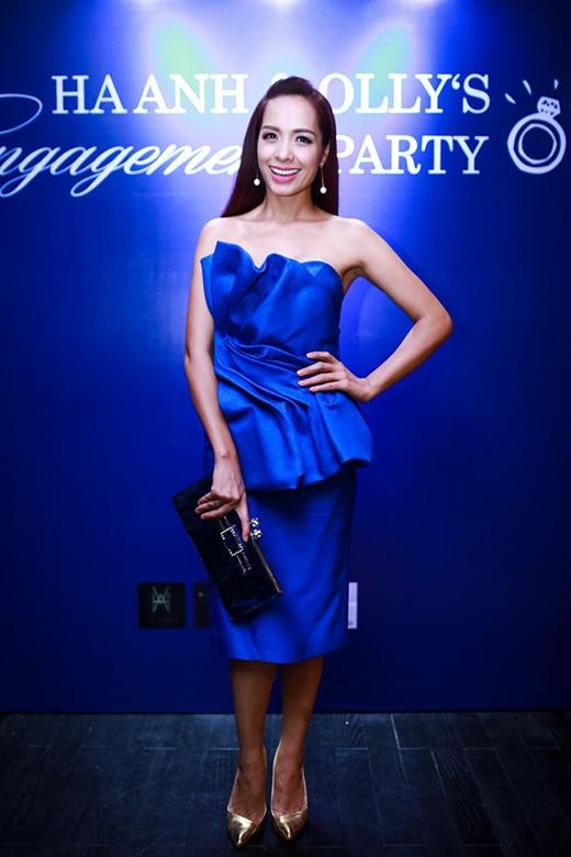 Bộ váy xanh sử dụng những chi tiết gấp nếp, dựng khối của Thúy Hạnh sẽ trở nên ổn hơn nếu giày cao gót và ví cầm tay được phối hợp ăn ý về màu sắc, kiểu dáng với nhau.