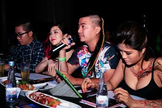 Ban giám khảo đưa ra những lời nhận xét cho phần thi của các thí sinh.