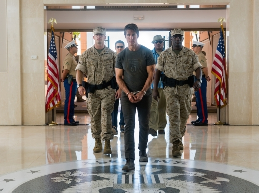 Tom Cruise hơn 50 tuổi vẫn leo trèo ngoài máy bay ngon ơ