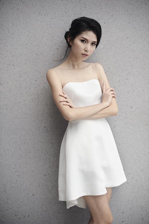 Chỉ một chút nhấn nhá ở đuôi váy bằng cách dựng phom đã làm cho chiếc váy cúp ngực khá đơn giản trở nên đẹp mắt, điệu đà hơn.