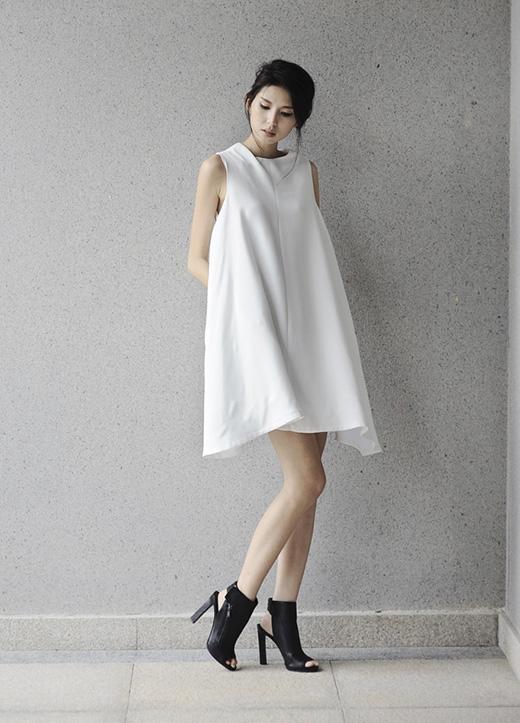 Cùng sử dụng tông trắng làm chủ đạo, việc kết hợp nhiều chất liệu khác nhau như cotton, ren, lưới đã tạo nên sự đa dạng, sinh động cho những mẫu thiết kế tưởng chừng như quá đỗi đơn điệu.