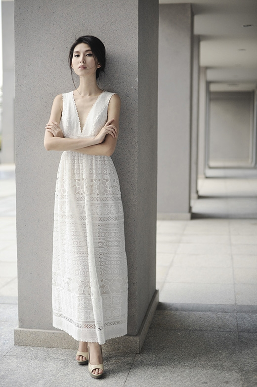 Chân dài khoe khéo thân hình cò hương cùng chiều cao lý tưởng trong chiếc váy maxi dài được thực hiện trên nền chất liệu ren mỏng manh, gợi cảm.