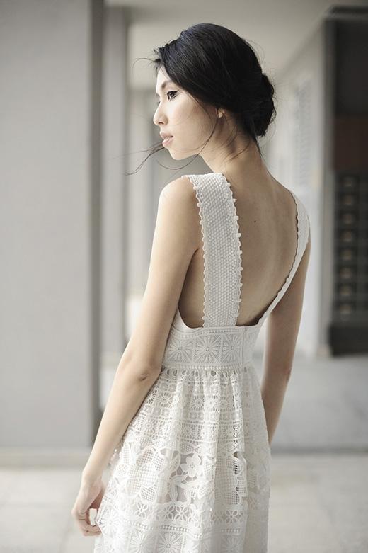 Phom váy đơn giản nhưng chính những họa tiết hoa lá cùng kiểu trang trí đường diềm hình học đã tạo nên sức hút cho thiết kế này.