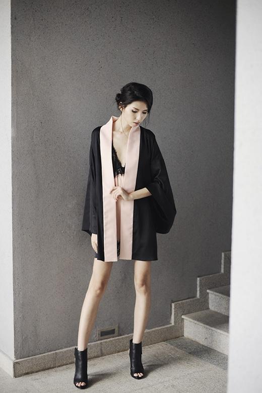 Đặc biệt, chiếc áo kimono truyền thống của Nhật Bản đã được cách điệu tạo nên một tổng thể vô cùng gợi cảm khi kết hợp cùng áo lụa mỏng kết ren.