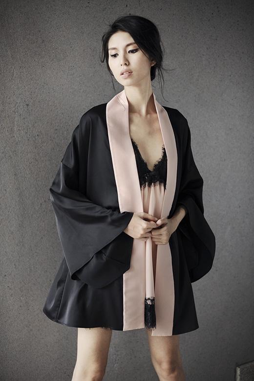 Sắc hồng pastel ngọt ngào, nữ tính mang đến cảm giác nhẹ nhàng, bay bổng cho bộ trang phục hiện đại, phá cách.