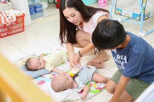 Vì đã là mẹ của 3 đứa con nên Thu Hoài khá thành thạo việc chăm sóc trẻ nhỏ. - Tin sao Viet - Tin tuc sao Viet - Scandal sao Viet - Tin tuc cua Sao - Tin cua Sao