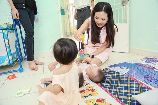 Thông qua chuyến đi này, Hoa hậu Thu Hoài muốn các con của mình hiểu và cảm nhận được tình yêu thương trong cuộc sống. Để từ đó biết nhìn nhận và phấn đấu hơn nữa. - Tin sao Viet - Tin tuc sao Viet - Scandal sao Viet - Tin tuc cua Sao - Tin cua Sao