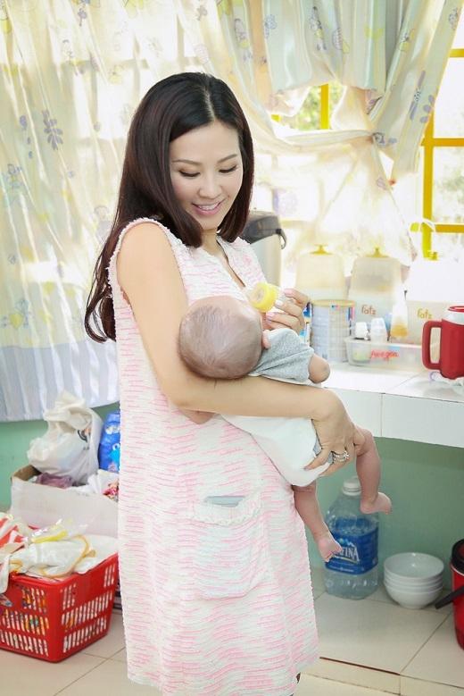 Cô không ngần ngại cho cho các bé thay tã và uống sữa. - Tin sao Viet - Tin tuc sao Viet - Scandal sao Viet - Tin tuc cua Sao - Tin cua Sao