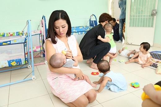 Các con của Thu Hoài cũng rất hòa đồng và năng nổ cùng mẹ dỗ dành các em bé tại đây. - Tin sao Viet - Tin tuc sao Viet - Scandal sao Viet - Tin tuc cua Sao - Tin cua Sao