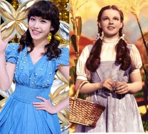 """Với vẻ ngoài trẻ trung, thuần khiết, IU luôn được xem như nàng công chúa xinh đẹp của làng nhạc Kpop. Chính lý do ấy đã giúp """"em gái quốc dân"""" gợi nhớ đến nàng Dorothy dịu dàng trong The Wizard Of Oz."""
