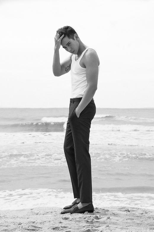 Áo kiểu cardigan mỏng và tank top đều là những item cơ bản không thể thiếu vào mùa hè. Nếu sỡ hữu một body đẹp như Hồ Vĩnh Khoacó vẻ tank top là lựa chọn lý tưởng khi đi biển. - Tin sao Viet - Tin tuc sao Viet - Scandal sao Viet - Tin tuc cua Sao - Tin cua Sao