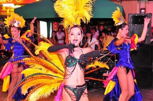 Đừng quên đặc sản giải trí Thái Lan: Ladyboy show.