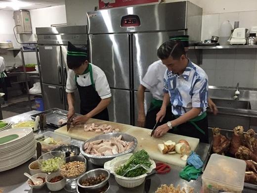 Bận rộn trăm công ngàn việc, nhưng Mr. Đàm thường xuyên tận tay vào bếp mỗi khi có dịp tham gia các chương trình từ thiện. - Tin sao Viet - Tin tuc sao Viet - Scandal sao Viet - Tin tuc cua Sao - Tin cua Sao