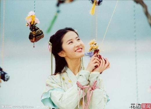 Nhắc đến tiên nữ, dĩ nhiên không thể không nhắc đến thần tiên tỷ tỷ Lưu Diệc Phi. Năm 2004, cô khiến khán giả dậy sóng khi hóa thân thành Linh Nhi đẹp hơn cả tưởng tượng trong phimTiên Kiếm Kỳ Hiệp.