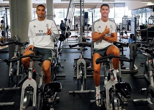 Ở khu tập luyện Aami Park, Cristiano Roando (phải) và tân binh của Real, Danilo tranh thủ chụp ảnh trong lúc thực hiện bài tập cơ chân.