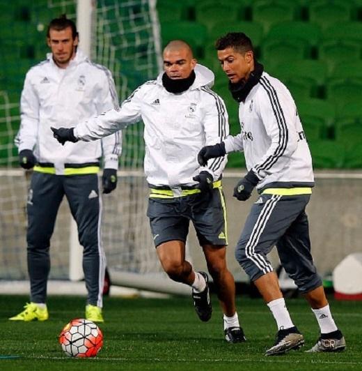 Bên cạnh việc thực hiện các bài tập trong phòng thể lực, các cầu thủ Real Madrid ra sân thực hiện những pha phối hợp chiến thuật.