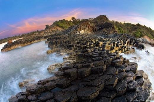 Ghềnh Đá Đĩa ở Phú Yên gây choáng ngợp cho người xem bởi những lớp đá hoàn hảo nằm giữa bốn bề sông nước.