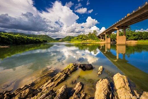 Trời xanh trong phản chiếu xuống mặt hồ phẳng lặng.
