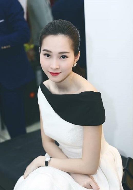 Ai cũng phải ngẩn ngơ trước vẻ kiêu sa của Đặng Thu Thảo khi cô để kiểu tóc vấn rất sang trọng.