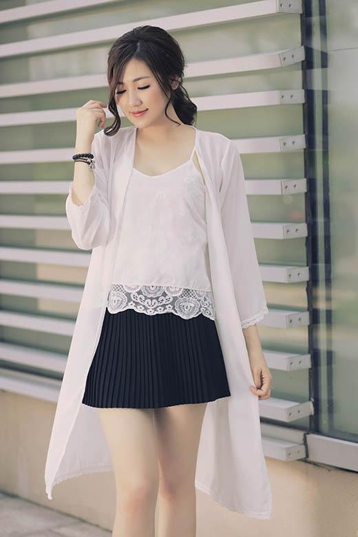 Trong bộ trang phục này, Dương Tú Anh đôi lúc lại ngại ngùng, e thẹn.
