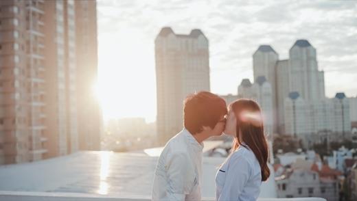 Bùi Anh Tuấn ngượng ngùng hôn bạn gái suốt buổi chiều - Tin sao Viet - Tin tuc sao Viet - Scandal sao Viet - Tin tuc cua Sao - Tin cua Sao