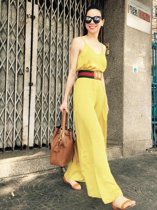 Trên trang cá nhân, Hà Hồ tiếp tục khẳng định việc mặc đẹp cùng với chiếc quần này khi diện cả cây vàng kết hợp thắt lưng kẻ sọc xanh, đỏ nổi bật.