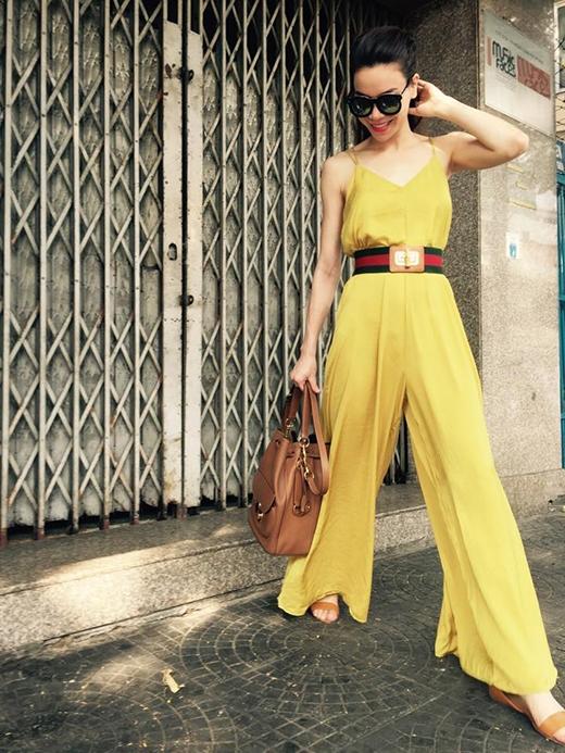 Chiếc túi xách và giày xăng đan cũng được phối hợp hài hòa tuyệt đối về kiểu dáng, màu sắc với tổng thể.