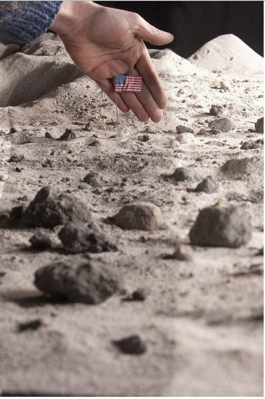 ...và cả trên mặt trăng cũng được dựng hình. Sau đó, người ta chỉ cần ghép thêm người vào khung cảnh sao cho hợp lí.