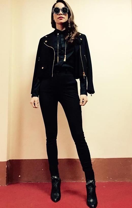 Chiếc quần cạp cao cũng từng được Hồ Ngọc Hà chọn phối theo phong cách menswear trên ghế nóng The Remix 2015.