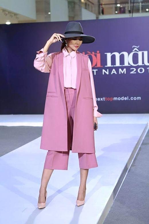 Bộ trang phục lấy sắc hồng pastel ngọt ngào làm chủ đạo hòa quyện cả sự nữ tính, điệu đà cùng chút mạnh mẽ, nam tính.