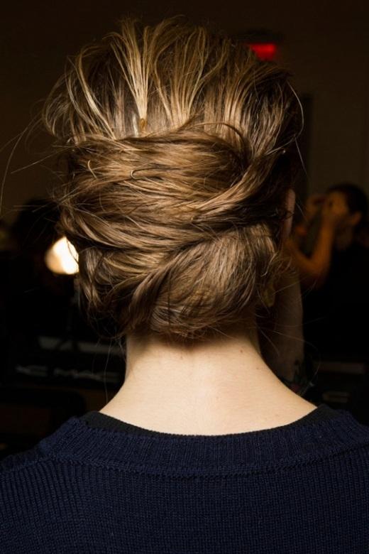 Bạn hãy chải tóc bằng các ngón tay và kem tạo kiểu sau đó kẹp tóc lên cao. Bước kế tiếp gấp tóc lại và cố định bằng kẹp.