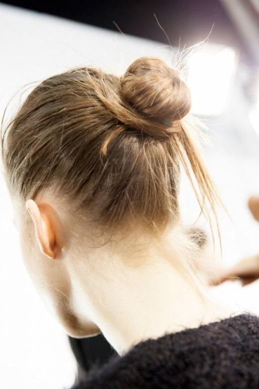 Cột lỏng tóc và xoắn thành một búi tóc ở phía sau đầu.