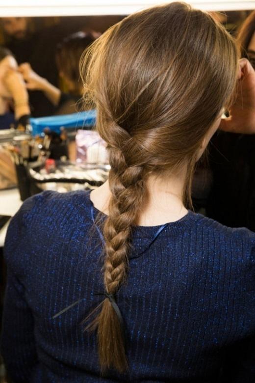 Làm sạch tóc, sấy khô và tết tóc không quá chặt để một vài sợi rơi ra lúc đó trông tóc của bạn sẽ đẹp một cách tự nhiên.