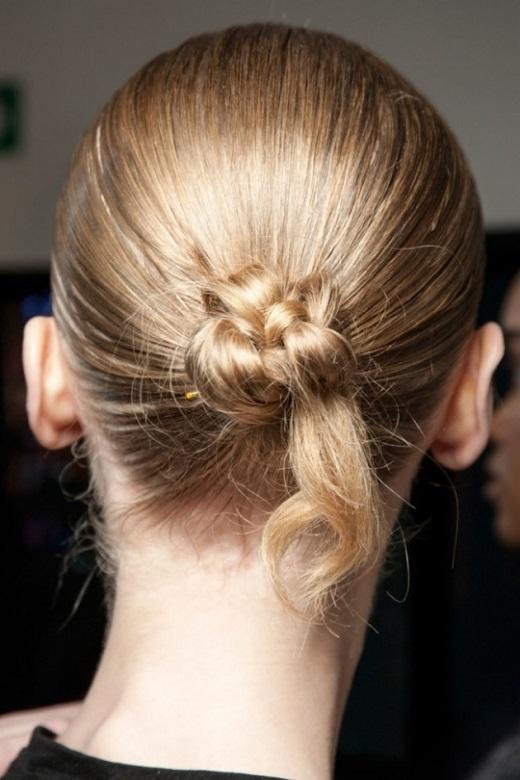 Búi tóc thành một búi tóc gọn gàng, kéo ra một phần đuôi và xịt một lớp dưỡng làm bóng tóc.