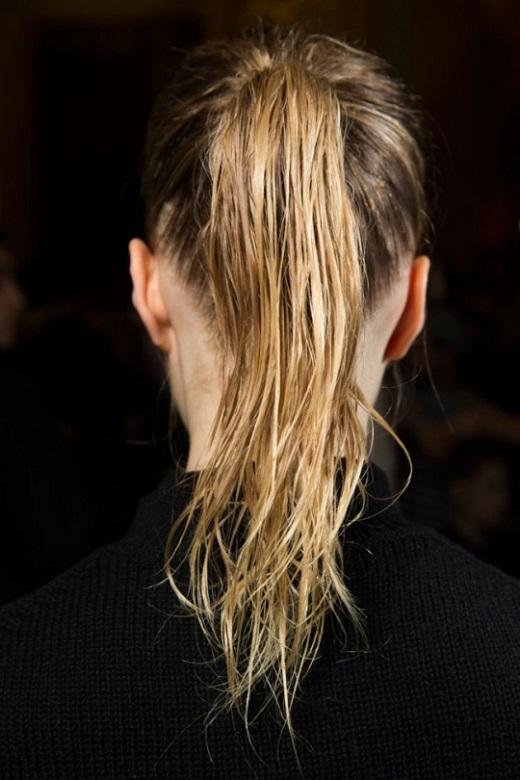 Gội đầu và làm mướt tóc bằng kem tạo kiểu tóc sau đó cột lên theo kiểu đuôi ngựa. Với kiểu tóc này, tốt nhất là nên có một vài sợi tóc rơi xung quanh khuôn mặt.