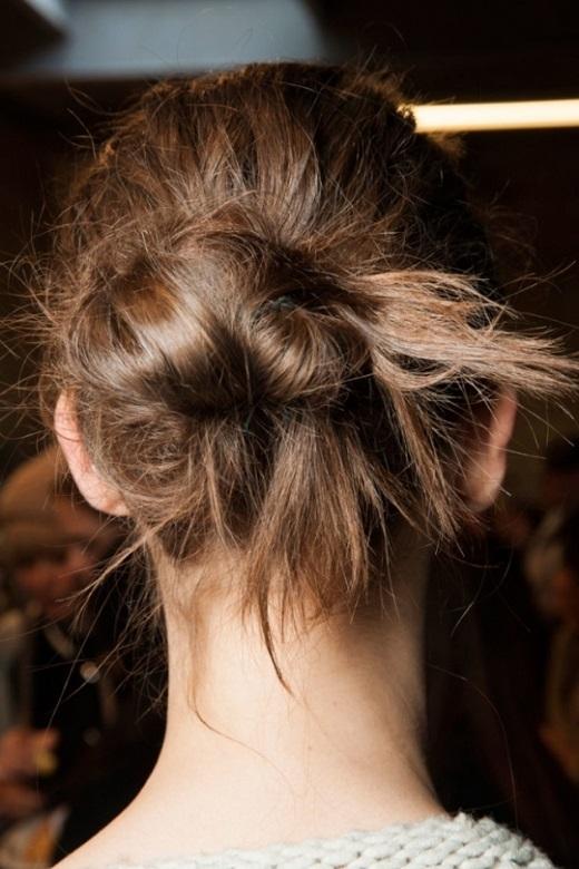 Búi tóc một cách lộn xộn và định hình bằng dây cột tóc sau đó tạo kiểu tóc bằng keo xịt.