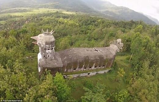 Nhà thờ khổng lồ này được gọi là Gereja Ayam – có nghĩa là Nhà thờ Con gà – tọa lạc giữa rừng cây ở Trung Java.